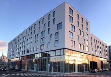- APPARTEMENT NEUF /  première location -<br>** VISITABLE  DE SUITE ** <br><br>Très bel appartement de conception moderne, 2 chambres à coucher avec Loggia (10,70m²) donnant sur cour intérieure, sis au 3ème étage. Nouvelle résidence «JAZZ» (basse consommation AAA)  située au cœur du quartier Belval.<br><br>L\'appartement se compose comme suit:<br>==============================<br>-  Hall d\'entrée<br>-  Grand Séjour ouvert sur cuisine moderne équipée et accès sur Loggia <br>-  Débarras<br>Hall de nuit donnant accès sur: <br>-  2 Chambres à coucher (spacieux) avec accès sur même balcon-loggia <br>-  Salle de bains avec baignoire, WC et raccordement pour machine à laver<br>-  Salle de douche avec douche à l\'italienne.<br>-  WC séparé  -  Cave privative -  Buanderie commune  Local vélo , poussettes. <br>-  1 Parking intérieur privatif  <br> * possibilité de louer 2ème Parking intérieur au même sous-sol*<br><br>- Appartemententièrement équipé en luminaires (LED)<br>- Store-lamelles électrique extérieur (occultant et tamisant) <br><br>Idéallement situé car proche de toutes commodités:  Uni Lux, Lycée Belval, Gare Belval-Université, Centre commercial, Supermarché, Cinéma, Restaurants etc.. <br><br>Detail de location:<br>=============<br>Loyer:             1.500  €<br>Charges:           150   €<br>Garantie locative: 3.000  €  (2 mois de loyer)<br>Frais d\'agence:     1.755  €  (1 mois de loyer +17% Tva)<br><br />Ref agence :1722532