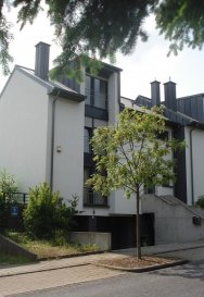 *** HORS DE MARCHE' - SOUS COMPROMIS   ***  Maison jumelée du 2008, située à 15 minutes de Kirchberg et centre-ville, d'environ 165m2 habitables avec un terrain d'environ 2 ares.  La maison se compose de :  Rez-de-chaussée : Entrée lumineuse qui donne sur le grand living/salle à manger avec cuisine équipée ouverte et  sortie sur la terrasse et jardin ;  1er étage : 3 chambres à coucher dont 1 avec dressing et salle de bain privative -  1 Salle de Douche et wc;   2eme étage : grenier aménagé.  Cave – buanderie – chauderie - Garage pour 2 véhicules – parking extérieurs pour 2 voitures.  Disponibilité : à convenir.