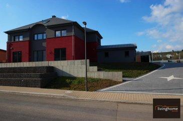 Grande maison contemporaine, spacieuse et lumineuse, nouvelle construction datant de 2015, première location, située dans la commune de Wiltz à L-9576 Weidingen / Wiltz, 17, rue du Village, d&lsquo;une surface habitable de 230 m2 &#43; sous-sol 115 m2 &#43; garages 54,52 m2 &#43; combles 61,08 m2<br>DESCRIPTION:<br>Rez-de chaussée:<br>- Hall d&lsquo;entrée avec WC séparé<br>- bureau 15,08 m2<br>- cuisine équipée 24,13 m2avec accès direct sur terrasse et jardin<br>- débarras 5,85 m2 donnant accès au garage<br>- living et salle à manger 44,87 m2 <br>- buanderie 12,32 m2<br>- garage 54,52 m2 pour 2 voitures<br><br>Etage:<br>- palier 20,47 m2<br>- 4 chambres à coucher (17,37 &#43; 13,26 &#43; 13,11 m2)<br>- dressing 10,52 m2<br>- 1 salle de bains 11,07 m2<br>- 1 salle de douche 8,61 m2<br><br>sous-sol:<br>- 3 caves (12,99 &#43; 24,16 &#43; 19,78 m2) <br>- 1 salle de fitness 19,45 m2<br>- 1 salle de douche 3,11 m2<br>- chaufferie 13,72 m2<br><br>combles (61,08 m2)<br><br>Animaux non admis!<br><br>Disponibilité immédiate!<br />Ref agence :3497326