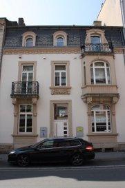 Bureau avec tous les raccords informatiques au centre Esch-sur-Alzette. Charges comprises.  Loyer bureau 650 euro (15 m2) Possibilité de louer une salle de réunion (24 places). Disponible à partir du 15 août 2016.