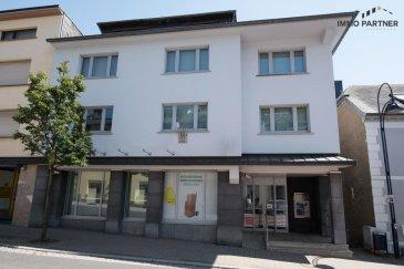 Au Nord du Luxembourg, nous vous proposons un immeuble de rapport disposant d'installations techniques haut-de-gamme. Il y a 50 emplacements de parking gratuits derrière le bâtiment. Le bien se compose de plusieurs bureaux et salles de réunion.  Posibilité d'aménager des appartements supplémentaires dans l'immeuble. Chauffage: ventilo convecteur de 2003  Description du bien:  Sous-Sol 2 : (Total 182,45 m2) Hall (24,66 m²), kitchenette (13,53 m²), Garage 1 (14,88 m²), Garage 2 (26,24 m²), Garage 3 (22,57 m²), Bureau (5,44 m²), Bureau (6,38 m²), Climatisation et Chaufferie (49,5 m²), Bureau (19,25 m²)  Sous-Sol 1 : (Total 140,45 m2) Hall (13,67 m²), Bureau 1 (24,70 m²), Bureau 2 (12,35 m²), Salle de Conférence (25,92 m²), Salle d'attente A (18,48 m²), Salle d'attente B (12,35 m²), Local IT (21,00 m²), Local Technique (5,78 m²), WC hommes (3,2 m²), WC femmes/handicapes (3,0 m²)  Rez-de-chaussée : (Total 201,42 m2) Hall (22,45 m²), Guichet (77,44 m²), Arrière Guichets (20,67 m²), Arrière Guichets 2 (6,60 m²), Arrière Guichets 3 (6,60 m²), Parloir 1 (12,95 m²), Parloir 2 (11,47 m²),  Bureau Pool 3 Personnes (25,92 m²), Emplacement d'attente (14,07 m²), Débarras (3,25 m²)  1er étage : (Total 180,45 m2) Hall (10,90 m²), Emplacement d'attente (31,36 m²), Parloir 1 (9,28 m²), Parloir 2 (8,06 m²), Parloir 3 (11,40 m²), Parloir 4 (11,04 m²), Parloir 5 (7,59 m²), Parloir 6 (6,93 m²), Grand Bureau (50,82 m²), Bureau Pool 2 Personnes (22,04 m²), Kitchenette (4,37 m²), WC Femmes (2,24 m²), WC Hommes (4,42 m²)  2ème étage : (En gros œuvre fermé) Surface locative : 240,72 m²  3ème étage : (Grenier mansardé et isolé) Surface locative : 171,69 m²  Personne de contact: Monsieur Vincent Douwes / GSM: +352 691 958 131  Ref agence :1391191