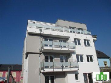 KAYL (Commune) nouvelle construction / petite résidence -  penthouse EN FIN TRAVAUX (seul objet au dernier étage)  accès par un escalier privé et ascenseur jusque dans le penthouse - 101 m2 net habitable, terrasses au total presque 45 m2 ? - PRIX TOTAL  **** 495000€ TVA COMPRISE, POSSIBILITE DE REMBOURSEMENT PARTIEL DE LA TVA POUR HABITATION PERSONNELLE +- 31.500€  ****- POUR INFORMATION SANS ENGAGEMENT - grand salon - séjour- cuisine ouverte (possibilité de fermer encore)  +- 40m2 , accès sur une belle terrasse, vue dégagée sur le bois, 1 grande chambre de +-23m2 (possibilité de faire un dressing), accès sur une terrasse, 2e chambre de 14m2  , salle de douche avec WC, Wc séparé,  hall spacieux intéressant aussi pour personne âgée, voir même mobilité réduite, parking intérieur, cave, buanderie,  le prix est annoncé tcc - remboursement partiel de la TVA,  à l'exception de la peinture (possible contre supplément - travaux personnels des acquéreurs possibles, comme les revêtements de sols et de murs, sanitaire, portes intérieures et comme annoncé la peinture), transport public- bus, commerces à proximité, accès de l'autoroute à  5 km - pour le prix d'un appartement en Ville de 50m2 neuf sans parking, (et même pas  dans les meilleures situations), vous trouvez ici un penthouse dépassant 1002 avec 2 terrasses, ascenseur avec accès dans le logement et un parking intérieur - à comparer, bon investissement à moyen et long terme Ref agence :2449100
