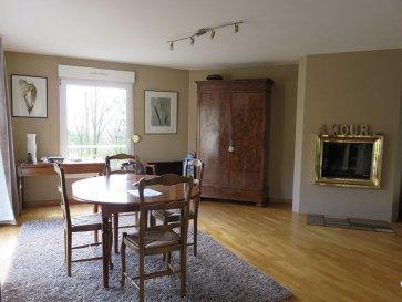 Maison Thionville - Guentrange  6 pièce(s) 175 m2. Haut de Guentrange.<br>Dans environnement calme, maison d'architecte  avec séjour et grande cuisineéquipée accès terrasse.<br>4 chambres, 2 salles de bains.<br>Lingerie et garage.<br>Maison en très bon état.<br><br>Renseignements et visites : <br>Karine Karas 06 08 31 19 87<br>Julie Lukas 06 85 83 77 60 dont 2.79 % honoraires TTC à la charge de l'acquéreur.<br>