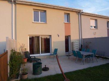 Maison recente (2014) offrant cuisine équipée ouverte sur séjour double en accès terrasse ete jardin, garage. Au-dessus : 3 chambres, salle de bains. Parfait état.