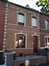 A vendre à Auberchicourt, cette jolie maison entièrement rénovée avec jardin et garage située à proximité du centre villes et à 15 minutes de Douai.<br><br>Belle maison spacieuse proposant une entrée, une salon/séjour, une grande cuisine équipée, une salle de bain, 4 chambres dont une avec dressing et un jardin.<br><br>Petit plus: Menuiserie double vitrage, chauffage gaz et garage non attenant.<br><br>Avis de l\'agence: pas de travaux à prévoir.<br><br>Villes proches: Douai, Sin le Noble, Ecaillon, Lallaing, ...<br>