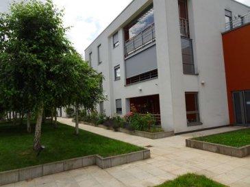 Appartement mit geschlossener Garage in der Seniorenresidenz Brill im Zentrum von Mondorf les Bains.  Das Appartement befindet sich im Erdgeschoss in der Seniorenresidenz mit Blick über den grünen Innenbereich. Es gibt 2 Schlafzimmer, wovon eins direkt mit dem Bad mit Dusche offen verbunden ist ,ein separates WC und eine offene Küche zum großzügigen Wohn/Essbereich mit direktem Zugang zur wintergartenähnlichen überdachten, aber offenen Terrasse. Die Residenz beinhaltet verschiedene altersgerechte Service, ein Restaurant und einen schönen Innenhof mit viel Ambiente. Gegenüber dem Eingang befindet sich der Supermarkt MATCH, daneben gibt es Restaurants, Zeitungsladen, Post, Waschsalon und in unmittelbarer Umgebung alle Banken und Apotheken. Minimum Alter 55 Jahre / age minimum 55  !!!