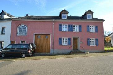 Charmante maison de village ancienne sur un joli jardin arboré et ensoleillé de +/-11 ares avec une surface totale de +/- 364m2 dont 280m2 habitables. Rénovée avec goût et modernité en alliant un côté bohème au charme des vieilles pierres et des murs épais. Restaurée à l'origine par une artiste Luxembourgeoise en 2005, la maison a été achevée dans le respect de son style unique et avec l'utilisation de matériaux très recherchés.  Le hall d'entrée de +/- 20m2 ouvre d'un coté sur la salle à manger en parquet +/-17m2 avec un poêle à bois en fonte, ouverte sur la cuisine voûtée (belle hauteur de 3m) de +/-21,5m2. Cuisine neuve (2013) avec nombreux plans de travail en granit, équipement moderne – four normal et four à vapeur, plaques à induction 5 feux etc. Idéal pour les gastronomes! Le tout construit autour d'un vrai puits en pierre éclairé.  La porte de la cuisine donne sur belle terrasse toute en pierre avec accès sur le jardin et une seconde terrasse surélevée.  De l'autre côté de l'entrée, quelques marches mènent sur un pallier à droite vers un salon de +/- 11.5m2 prolongé par le jardin d'hiver de +/- 16,5m2, offrant une magnifique vue sur le jardin (chauffage par le sol, ambiance cosy en toutes saisons). A gauche une très belle salle de bains avec baignoire à pieds et vue sur le jardin, carrelages d'artistes, meuble sous-vasque sur mesure en bois africain et grande vasque en pierre naturelle.  À coté, une salle d'eau avec douche en mosaïque et WC, lavabo art déco avec son meuble sur mesure en bois africain également. Chambre parentale de +/-16m2 et grand dressing de +/-17m2.  Un escalier mène vers la grange toute en pierres et poutres apparentes, aménagée à l'origine pour être un grand salon-bibliothèque. De là, une porte donne sur le studio comportant avec un bureau de +/-8,6m2 et deux chambres de +/-11 et 15m2 ainsi qu'une salle d'eau ( +/-6,8m2) avec douche a l'italienne, fenêtre, wc et vasque. Possibilité de faire un studio indépendant (branchements cuisine pr