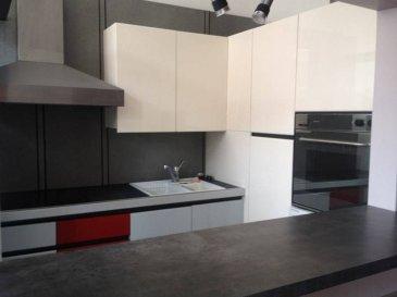 Appartement de type F3 comprenant : cuisine équipée, salon-séjour de 38 m², une chambre, salle de bains, wc. A l'étage : 1 chambre + grenier.
