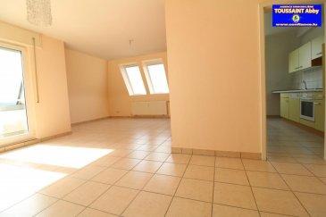 Bel appartement sis au dernier étage d'une résidence soignée, agencé comme suit: Hall, living avec balcon, cuisine équipée, 2 chambres à coucher, salle de bains avec WC et WC séparé. Sous-sol: cave privative avec raccordement pour la machine à laver ainsi qu'un garage intérieur. Ref agence :975518