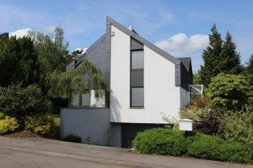 Dans un des quartiers les plus prisés de Senningerberg, nous vous proposons cette magnifique villa d'architecte sur un terrain arboré de 10,15 ares, jouxtant la forêt et avec très peu de vis-à-vis. Cette propriété est idéale pour ceux qui aimeraient vivre dans un quartier résidentiel calme et verdoyant, à quelques minutes du plateau du Kirchberg et du centre d'affaires du Findel.  Cette villa de première main se répartit sur deux étages (rez-de-jardin et premier étage), un sous-sol et un grenier.   Au rez-de-jardin, dans un espace ouvert de 55 m2, très lumineux grâce à ses baies vitrées qui donnent sur la terrasse et le jardin, se trouvent le séjour et la salle à manger, partiellement séparés par une cheminée accessible des deux côtés. Sur le même niveau, vous découvrirez une cuisine équipée et séparée, donnant sur le jardin arrière, une chambre à coucher/salle TV de 16 m2, une salle de bain et le spacieux hall d'entrée.   Le premier étage est constitué d'un hall qui dessert quatre grandes chambres à coucher, dont une suite parentale, avec dressing et salle de bain privative (double lavabo, douche, baignoire et WC), une deuxième salle de bain et une pratique buanderie. Des placards intégrés et sur mesure sont présents dans les pièces.  Le sous-sol dispose d'un bureau/chambre d'amis avec une salle de douche privative, d'une cave spacieuse, d'un local technique, ainsi que d'un garage de 50 m2 pouvant admettre deux voitures, motos, vélos ou outils de jardin. Il est possible de stationner deux autres voitures sur la rampe d'accès du garage.   Le grenier de +/- 50 m2, accessible via une trappe au premier étage, fournit un généreux lieu de stockage sur une solide dalle en béton.   Le jardin se compose de différentes espèces d'arbres formant une belle palette de couleurs. Le système d'illumination du jardin est déjà présent. La partie pelouse, à l'arrière de la maison, vous permettra d'installer vos chaises-longues et les jeux de jardin de vos enfants.  A noter que cette v