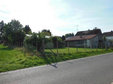 Beau terrain à bâtir de +/- 12 ares sans ou avec contrat de construction avec possibilité d´y construire une maison jumelée ou une maison unifamiliale.  Le terrain se trouve dans une rue très calme avec une très jolie vue dans la commune de Wincrange.  Il y a la possibilité de se rendre rapidement à Ettelbrück, à Hosingen, à  Pommerloch et à Troisvierges. C´est une opportunité idéale pour des  frontaliers qui travaillent au Luxembourg et qui habitent en Belgique.   Ref agence :ICL 861375