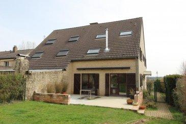 A vendre jolie maison jumelée sur terrain de 5a57ca.   Au rez-de-chaussée, vous trouverez un hall d'entrée qui dessert une très lumineuse et récente cuisine équipée, le living/salle à manger (24,10 m2), une belle chambre de 13,20 m2 et le WC visiteurs. Le living et la cuisine donnent sur une grande terrasse de 35 m2 ( 7,00 x 5,00) orientée sud-ouest.  Complète cet étage un garage de 18,40 m2 (3,00 x 6,20) dans lequel trouve place aussi la chaudière. A noter qu'une poêle à bois est présente dans le living.  Au premier étage trouvent place deux grandes chambres à coucher légèrement mansardées respectivement de 26,80 m2 et 24,80 m2, un hall de nuit et une récente salle de bain de 9,50 m2 (baignoire, grande douche, WC, lavabo avec meuble, branchement machine à laver).  Au grenier, vous trouverez deux chambres respectivement de 15,00 m2 et 12,20 m2 avec une belle hauteur sous plafond et des fenêtres velux ainsi qu'un pratique débarras.    Environnement naturel privilégié.  D'autres biens sur www.venice-consulting.lu    Ref agence :2172633