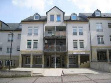 Très joli appartement (disponibilité: 1er Septembre), comprenant:<br>1 Hall d'entrée et grand living (25m2) ainsi qu'une chambre à coucher spacieuse (20m2).<br>1 cuisine équipée, 1 salle de bains.<br><br>Au sous-sol:<br>une cave,<br><br>possibilité d'un garage<br />Ref agence :882029