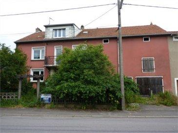 NOUS VENDONS au 10 rue d\' Archigny à FREISTROFF (57320) une maison de village avec ses dépendances latérales et arrières, établie sur un terrain de 9a05.  Elle offre une surface habitable de 227  m2                                                                                         en rez-de-chaussée et deux étages, comprenant notamment : En rez-de-chaussée : Un salon et séjour, de 41.80 m², ouverts sur un espace cuisine de 9,65 m2 dans le rajout arrière       Une pièce de 17.07 m² Une salle de bains et WC de 5.33 m²  Au premier étage : Quatre chambres de 20.56 – 16.70 – 21.10 et 11.52 m².  Au second étage, aménagé sur la partie centrale seulement : Une cuisine de 4.49 m² Une salle d\'eau de 1.69 m²                                                                          Deux chambres de 13.23 et 9.98 m² Un séjour de 17.32 m².  Avec une dépendance latérale comprenant un grand garage traversant pour le stationnement de trois voitures au moins. Une dépendance intermédiaire de petite agriculture de 38 m² entre ce garage et la partie habitation. Les surfaces disponibles de ces dépendances rattachées à la maison sur son côté droit sont doublées par l\'existence d\'une dalle béton au premier niveau intermédiaire. Deux petites dépendances ou appentis arrières.  *** Tous les niveaux sont établis sur dalles.                                                                                         *** Double vitrage sur châssis PVC sur la façade avant.                                                                         *** Des travaux sont à prévoir.   LIBRE DE SUITE CONTACT : ABEL IMMOBILIER au 03 87 36 12 24                                                                                                     ou directement le commercial                                                                                                                   Gérard STOULIG au 06 03 40 33 55.  NB : Les frais d\'agence sont inclus dans le prix annoncé.