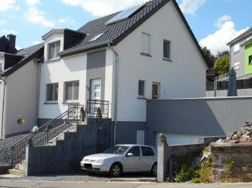 Spacieuse maison jumelée à vendre dans le village de Hostert, situé dans la commune de Rambrouch au nord du pays.  Rdch: - hall d'entrée - garage 2 voitures - buanderie - cave - chaufferie - 1 chambre à coucher.  1er étage: - beau séjour / salle à manger avec coin cuisine équipée et sortie sur terrasse - débarras - wc séparé.  2ème étage: - 3 chambres à coucher - salle de bain avec douche.