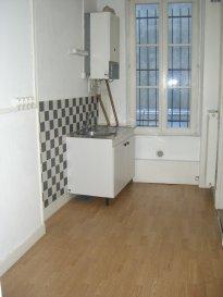 METZ CENTRE VILLE, en Fournirue.  Au 2ème étage d'un petit immeuble, appartement 3 pièces de 65m² comprenant entrée, cuisine indépendante, séjour, deux chambres, salle de bains, WC séparés. Chauffage individuel au gaz. Disponible à partir du 1er novembre 2016.