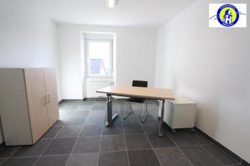 Bureau meublé situé au rdch ou au 1er étage d'une surface d'environ 15 m2 à proximité de la route nationale 4 (30 minutes de Luxembourg-ville / 10 minutes d'Arlon / 3 minutes de Martelange).<br>Il y a une kitchenette et WC commun à se partager.<br><br />Ref agence :975364