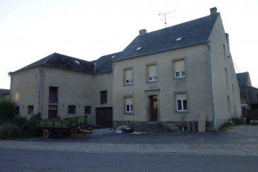 Située dans la petite ville de Berdorf, au coeur de la région de Müllerthal, ancienne ferme à rénover, composée de quelques bâtiments, (maison,garage,grange,atelier) construite sur un terrain de 15a88ca avec un jardin derrière de 14a79ca située au calme à vendre.  La maison est composée de:  Sous-sol: plusieurs caves. Rdc: hall d'entrée,4 pièces 10,15,16 et 18 m2. 1er étage: hall de nuit, salle de douche, WC séparé et quatre chambres à coucher.  Grenier aménageable de +-65m2.  Contact: Immobilière Vogel Tél.: 621 46 59 79 info@immovogel.lu www.immovogel.lu
