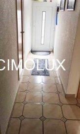 Maison situé à Reckange (Mersch) dans une rue calme avec une superficie de +/-125m2.<br><br>La maison dispose: <br><br>Au rdch: un hall d'entrée, un bureau, un salon/salle à manger, une cuisine équipée séparée, deux débarras, une buanderie et une salle de douche.<br>1 étage: un hall de nuit, trois chambres, un bureau, une grande pièce sortie vers la terrasse et une salle de douche.<br>(possibilité de faire un studio)<br><br>Pour plus d'informations veuillez contacter Mme. Tania AZENHA au 691 54 75 19 on parle français, portugais, luxembourgeois, allemand, anglais et italien.<br><br>Pour l'obtention de votre crédit, notre relation avec nos partenaires financiers vous permettront d'avoir les meilleurs conditions<br><br />Ref agence :1441790