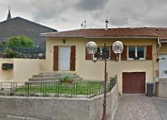 ABONCOURT : au cœur du village jolie maison comprenant entrée, cuisine équipée, salon, salle à manger, 4 chambres dont une au rez de chaussée, salle de bains, garage, terrasse et jardin clôturé.