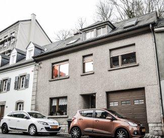 RE/MAX, spécialiste de l'immobilier à Luxembourg, vous propose à la vente cette grande maison mitoyenne de 1969, d'une surface d'environ 195 m2 habitables avec possibilité de faire des étages supplémentaires pour une grande maison ou des appartements. Cette maison se trouve dans une rue très calme du quartier Rollingergrund, elle se compose de la manière suivante :  Au Sous-sol:  Une Cave avec 3 pièces  Au rez-de-chaussée : Un grand garage, un WC et une douche, une grande cuisine haut de gamme entièrement équipée, une grande chambre (possibilité de faire un salon), un grand couloir, un beau jardin.    Au 1er Étage : Un grand couloir, une salle de bains, une grande chambre et un grand salon/salle à manger.  Au 2ème Étage: Combles à aménager ou a rénover. Actuellement nous avons deux chambres sur cet étage et un grand hall transformable en bureau.   Avis au Investisseurs : Cette grande maison peux aussi être transformée en résidence.   Rollingergrund/Luxembourg Ville:  Rollingergrund se trouve dans la partie nord-ouest de la ville de Luxembourg et se présente comme le deuxième plus gros quartier. Rollingergrund est un quartier naturel. Il est parsemé de nombreux espaces verts en raison de sa situation dans la vallée. Le Bambësch, la forêt qui fait avant tout partie du patrimoine naturel, représente le taux le plus élevé d'espaces verts.   Disponibilité à convenir   CONTACT : BUJAR HASANI au 621 650 666