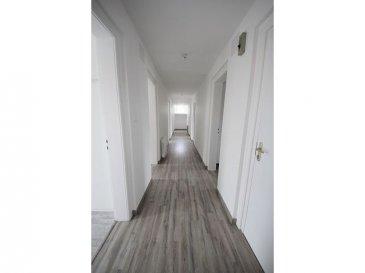 GUENANGE Bel appartement lumineux de 100m2 entièrement rénové à l\'intérieur comme à l\'extérieur de type F5. Composé d\'une entrée/couloir, un salon/séjour ouvert sur cuisine semi-équipée, un cellier, quatre chambres, une salle de douche avec coin buanderie, un wc indépendant, une cave et une place de parking privative. Prix: 128 000 euros (FAI charge vendeur) Vente par délégation  Le nombre de lots principaux de la copropriété est de 29 lots. Le montant des charges de copropriété annuel est d\'environ 120 EUR/an. Ce bien est soumis au statut de copropriété. Nombre de lots de la copropriété : 29. Charges annuelles payées par le propriétaire : 1440 euros.