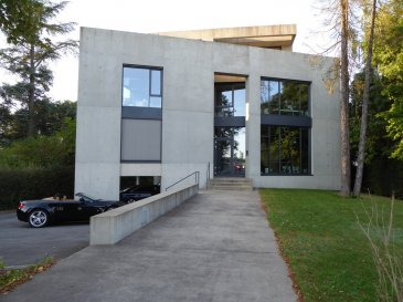Langlais & Langlais Corporate vous proposent à la location un local commercial pour usage de bureaux dans une moderne maison d'architecte à Luxembourg Cents.  Sont inclus dans le tarif de 4950 € HTVA charges comprises:  - Neuf places de travail complètement équipées en