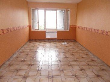 Appartement situé au 2ème étage, endroit calme :  Entrée avec placard / cuisine / salon / 3 chambres / salle de bains / WC / Débarras   Chauffage électrique