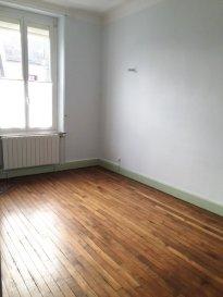 Varangéville T5 duplex avec terrasse. Varangéville, T5 de 134m² en duplex, avec terrasse de 32m², comprenant au RDC : 1 entrée. Au 1er étage : 1 salon séjour, 1 salle à manger, 1 cuisine, 1 chambre, 1 bureau, 1 WC, placard. Au 2ème étage : 3 chambres, 1 salle de bains, 1 WC, 1 espace bureau, 1 dressing. Disponible de suite. DPE D. Loyer : 675 euros + Charges 70 euros.