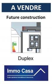 Future construction d'une petite résidence à basse énergie (classe BB) de 2 appartements et  1 Duplex de haut standing proche de toutes  commodités à vendre.  1 duplex au 2e et 3e étage de 111.36 m2 (sans ascenseur) comprenant : 1 hall d'entrée 2 grande chambres à coucher dont une avec accès au balcon (2,62 m2)  1 salle de bain 1 WC séparé 1 cuisine ouverte sur salle à manger et living (46,12 m2) avec accès sur 2 terrasses (7,87 m2 et 8,88 m2)  Cuisine équipée offerte (jusqu'à 5000€) La peinture est offerte. Possibilité d'avoir une terrasse-toiture de +- 37 m2  Le duplex dispose également d'une cave privée (8,68 m2), buanderie commune et d'un local à vélo commun. Parking extérieur derrière la résidence au prix de 17.500€ Classe énergétique B/B Prix 3% TVA   Nous sommes aussi disponibles pour les visites le samedi selon la disponibilité des propriétaires. Pour de plus amples renseignements, veuillez contacter notre Agence. Pour d'autres annonces non présentés sur ce site, visitez  www.immocasa.lu  Nous recherchons en permanence pour la vente et pour la location des appartements, maisons, terrains à bâtir et projets autorisés pour clientèle existante. Achat éventuel par notre société. N'hésitez pas à nous contacter si vous avez un bien ou plusieurs pour la vente. Nos estimations sont gratuites. Finitions de qualité et matériaux premier choix. Vous pouvez encore en accord avec le promoteur choisir tous les matériaux au sol.  Aménagement à votre goût. Acheter du neuf c'est avoir la garantie et la tranquillité pour des années. Acheter directement au promoteur, c'est avoir des informations claires et la garantie du meilleur prix.  Ref agence :TC1905760