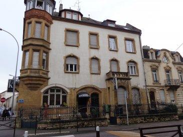 Rue des Roses, au 3ème et dernier étage, appartement 1 pièce de 43m², atypique, comprenant un coin-cuisine équipé ouvert sur la pièce à vivre, un coin mezzanine, une salle de bains/WC. Chauffage électrique.