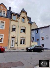 Petit Prix pour cette agréable maison mitoyenne située dans une rue très calme offrant :<br><br>Au Rdc :  Un couloir entrée qui distribue respectivement un salon, une cuisine indépendante équipée, sortie sur terrasse.<br><br>A l\'étage 1 : 2 spacieuses chambres suivies d\'une salle de bain avec baignoire et wc,<br><br>A l\'étage 2 : 3 belles chambres dont 2 communicantes.<br><br>Cette maison dispose également d\'un grenier aménageable, d\'un sous sol comprenant buanderie, cave, chaufferie.<br><br>La façade et la toiture ont été refaites en 2012.<br><br>A voir absolument !!<br><br>Pour plus de renseignements, contacter Madame Kirch ou Madame Castro au 54 02 44.<br />Ref agence :2243519