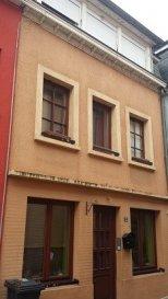 Maison mitoyenne rénovée, située en plein centre d'Ettelbruck dans une petite rue calme. La maison se compose comme suit:  Rdch: Salle à manger, Cuisine équipée, Débarras, Cave au sous-sol; 1er étage: Chambre à coucher (19 m2), Salle de Bains, Salon (15,22 m2); 2ème étage: 2 Chambres à coucher (12,5 m2 + 22,30 m2), Buanderie avec douche et lavabo, W.C. séparé, passage vers grenier aménagé: 1 chambre à coucher (16 m2) + Dressing ou bureau.