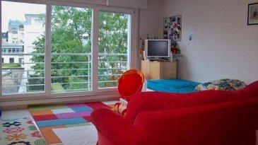 Bel appartement lumineux avec balcon au coeur du quartier Limpertsberg. (non-meublé!)<br>L'appartement qui se trouve à l'arrière d'une résidence soignée se compose comme suit:<br>-  Hall d'entrée<br>-  Living avec sortie sur balcon<br>-  2 chambres à coucher (parquet)<br>-  Cuisine entièrement équipée <br>-  Salle de bains (baignoire), WC séparé, <br>-  Cave privative, buanderie commune <br>-  Emplacement souterrain pour une voiture<br><br>** Disponible le 01-08-16**<br><br>Situé à moins de 10 minutes à pied du Centre-Ville, proche des institutions européennes, du Kirchberg, commerces à proximité. <br><br>Detail de location:<br>=============<br>Loyer:                        1.750 €<br>Charges:                      150  €<br>Garantie locative:    3.500 €  (2 mois de loyer)<br>Frais d'agence:         2.048 €  (1 mois de loyer +17% Tva)<br><br><br><br><br> **Disponible le 01-08-2016**<br />Ref agence :1722494