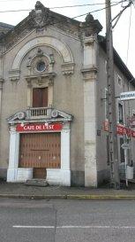 IMMEUBLE VARANGEVILLE . Immeuble comprenant en RDC un local commercial de 97 m², au 1er étage un appartement de type F3 de 76 m² et au 2ème un comble aménageable de 61 m². Idéalement situé, proche gare. PREVOIR TRAVAUX