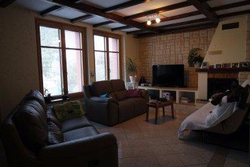 FISCHER immobilière vous propose cette jolie maison atypique libre de 3 côtés avec une vue imprenable et dégagée.  Se situant dans une rue très calme, cette vaste maison vous offre un cadre chaleureux et original avec de multiples possibilités d'aménagement avec ses 204 m².  La maison se compose comme suit : Rez-de-chaussée - hall d'entrée - salon/salle à manger de +/-30 m² avec feu ouvert (volets électriques) - grande salle de bain (11 m²) avec douche  - WC séparés  - buanderie  - débarras   1er étage - 2 chambres - 1 bureau 10 m² ou chambre - cuisine équipée (de 2008) avec accès sur la véranda et terrasse  - salle de bain avec baignoire et 2 vasques - véranda - terrasse  2 étage (grenier semi aménagé) - 1 chambre - 1 bureau 13 m² ou chambre - 2 chambres non aménagées   Sous-sol - cave - garage pour 1 voiture avec porte électrique  Chaudière de 2000, toiture de novembre 2002, double et triple vitrage, vidéophone, dalles en béton et/ou bois, 2 emplacements extérieurs.   Contactez nous au 661 210 328.