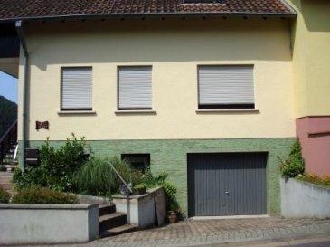 Schönes Einfamilienhaus in ländlicher Umgebung mit herlicher Aussicht; zu verkaufen. Erdgeschoss: Diele, ein grosses Wohnzimmer von (37,5m2) mit Zugang zur Terrasse von (14m2), eine Einbauküche, 2 Schlafzimmer oder Büro und ein schönes Badezimmer (1 Badewanne, 1 Duschebecken, 1 grosser Waschbecken und ein WC. Dachgeschoss: Diele, ein Balkon, 2 Zimmer und ein Raum von (47m2) Untergeschoss:  eine Garage (21m2), ein Heitzungskeller, ein Waschraum und ein Keller mit Augang zum Garten. Für weitere Informationen bitte sich an Herr Stein wenden. Tel. nr. (00352) 661 630 566