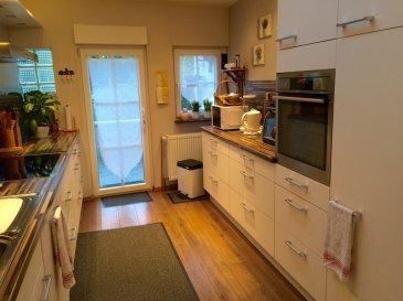 RE/MAX, spécialiste de l'immobilier à Schifflange, vous propose une maison mitoyenne de qualité, dans un quartier très calme et sans issue. D'une surface de 130 m2 habitables environ, elle se compose de la manière suivante :  - Hall d'entrée  - Un grand salon-séjour de 26 m2 environ.  - Une cuisine moderne complètement équipée de 11 m2 environ, donnant sur une terrasse de 8 m2 environ exposée plein sud. - Un très beau jardin aménagé - 4 chambres à coucher  - Une salle de bain avec WC de 7,50 m2 environ - Un dressing ou un bureau - Un grenier à aménager de 12 m2 environ. - Un sous-sol de 38 m2 environ où l'on trouve, une cave, une cave à vin, et un local technique.  A cette maison s'ajoute 1 grand garage fermé de 24 m2 environ, doté d'une porte automatique sectionnelle télécommandée, 1 emplacement privé à l'avant de la maison, des fenêtres à double vitrage dans toutes les pièces habitables, d'une chaudière à condensation Buderus de 2005,  Bonne situation, crèche à 2 min à pieds, précoce et écoles à proximité, centre-ville à quelques pas, ainsi que, grande surface commerciale à 5 min en voiture.  Disponibilité à convenir.  CONTACT : MICHAEL CHARLON au 621 612 887 ou par Mail : michael.charlon@remax.lu