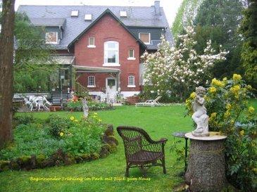 Herrschaftliche Villa mit Wellnessbereich und parkähnlichem Gartenparadies!   Die ca. 1910 errichtete Villa im altenglischen Stil steht nur wenige Fußminuten vom Stadtzentrum der über die Grenzen hinaus bekannten Bierstadt Bitburg entfernt. Das herrschaftliche Erscheinungsbild an der Vorderseite des Gebäudes wird auf der Rückseite durch das malerisch gelegene Gartengrundstück  phantastisch in Szene gesetzt. Der Garten mit einer Größe von ca. 2.320 m² wurde mit viel Liebe zum Detail angelegt und verfügt über einen herrlichen Blumen, Hecken- und Baumbestand wie z. B. Ginkgobaum, Magnolienbaum, Mammutbaum. Es handelt sich in der Tat um ein ganz besonderes Anwesen wie man es selten findet.  Im Bereich zur Straße ist das gesamte Grundstück mit einer halbhohen Sockelmauer und einem geschmiedeten Zaun abgegrenzt. Durch ein großes Eingangstor gelangen Sie in den Innenhof des Anwesens. Von hier aus betreten Sie die Immobilie. Ein weiterer Eingang befindet sich an der gegenüberliegenden Hausseite.<br>Im Erdgeschoss befinden sich 6 Räume unterschiedlicher Größe, eine Küche, Gästezimmer, ein Bad und ein Gäste WC. Die hohen Decken mit aufgesetzten Stuckelementen verleihen den gesamten Räumen ein außergewöhnliches und offenes Erscheinungsbild. Der großzügige Wohn- und Essbereich mit Erker und Stilkamin aus Sandstein bildet hier das Herzstück dieser Etage.  Die Außenterrasse wurde ca. 1994 durch einen Wintergartenanbau erweitert. Von hier aus genießen Sie bei jeder Wetterlage einen bezaubernden Blick auf das gesamte Gartengrundstück.  Im ersten Obergeschoss befinden sich weitere 5 Räume unterschiedlicher Größe, zwei Schlafzimmer mit Ankleide, eine Küche, Bibliothek und zwei Bäder.  Das gesamte Dachgeschoss wurde ca. 2000 komplett mit hochwertigem Naturschiefer neu eingedeckt und zu einem Dachstudio ausgebaut. Ein idealer Ort des Rückzugs, für Gäste oder für Kinder. Im Untergeschoss befindet sich der Wellnessbereich mit Schwimmbad, Sauna, Ruheraum. Weiterhin sind ein gemütlicher Pa