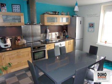 THIONVILLE : Appartement duplex de type F6 d'une surface de 110 m².<br>Situé quartier poste, il se compose d'une entrée, d'un vaste salon / séjour, d'une cuisine équipée avec cellier, d'une chambre et wc.<br>A l'étage, trois chambres, une salle de bain avec wc.<br><br>Cave. <br><br>3.3 % d'honoraires inclus à la charge de l'acquéreur. <br />Ref agence :1895