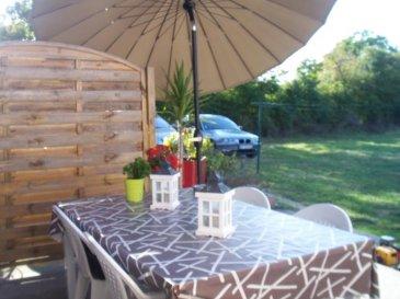 En duplex comprenant : séjour, cuisine équipée ouverte sur terrasse et jardin. A l'étalge : 2 chambres, sdb.