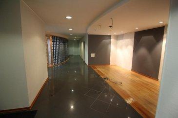 Cabinet médical / Surface de bureaux de 230 m2 au centre de Wiltz, à quelques mètres de l'hôpital;  grande réception avec salle d'attente - sol en pierre naturelle 5 bureaux (12,2m2; 13,7m2; 10m2; 8m2; grand bureau de 34m2) - sol en parquet 2 réserves coin cuisine 3 WC  accessible par escalier ou ascenseur; système d'alarme; année de construction: 1998