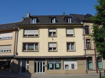 L'appartement situé au troisième étage de la résidence se compose d'un hall, de 3 chambres à coucher avec armoires encastrées, d'une salle de douche, d'une cuisine équipée et d'un living.  Le bien comprend également un grenier privatif et un jardin commun.
