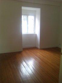 Rue Pasteur, au 4ème et dernier étage, appartement 5 pièces de 119m² comprenant une entrée, une cuisine, un salon-séjour, 3 chambres, une salle de bains, WC. Chauffage individuel au gaz. Disponible à compter du 01 Août 2016