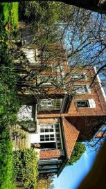 Votre agence Vitrin\'Immo vous propose en exclusivité cette magnifique maison bourgeoise à Lambres lez Douai.<br><br>Belle maison bourgeoise érigée sur une propriété d\'environ 1000 m² comprenant au rez de chaussée: une entrée, un beau séjour, une cuisine avec arrière cuisine, ainsi qu\'un belle véranda avec vue sur le jardin.<br><br>A l\'étage, la maison dispose de 2 chambres et de 2 bureaux.<br><br>L\'extérieur de la maison est composé de 2 garages, d\'un atelier et d\'un ravissant jardin arboré d\'arbres fruitiers.<br><br>Petit plus: Grenier aménageable.<br><br>Avis de l\'agence: une opportunité à ne pas manquer pour les amateurs de charme et d\'authenticité.<br><br>Villes proches: Douai, Cuincy, Courchelettes, ...<br>