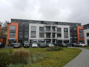 Au 4-ème et dernier étage d'un Immeuble de Bureaux récent, une surface se prêtant aussi pour professions libérales ou médicales, objet très lumineux.<br><br>Ce local se compose comme suit: <br>- Hall d'entrée (réception de 16,20m²) avec accès sur petite terrasse, <br>- 2 bureaux communiquant, (16.50 m² et 14.50 m²) <br>- 1 grand bureau (37.6 m²) avec accès sur terrasse , <br>-  Cuisine équipée avec frigo et lave-vaisselle, <br>-  WC séparé avec lavabo<br>-  Cave et parking intérieur privatif<br>-  Possibilité de louer 3 parkings intérieurs supplémentaires au prix de 100.-€/mois l'unité<br><br>Rack, câblage informatique et bôitiers au sol existants./ Parquet au sol<br>Très facile d'accès (Bus à proximité) et près des autoroutes.<br><br>Détail location<br>============<br>-  Bail 3/6/9<br>-  Garantie locative 3 mois <br />Ref agence :1722489