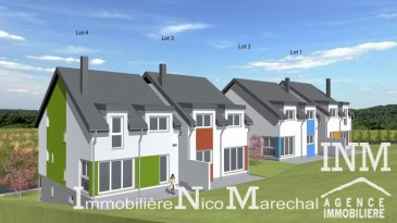 Belle maison jumelée de droite (Lot 4) de +/- 139 m2 en construction (Ecopass: BB) sur un terrain de +/- 4,15 ares proposant au: Rdch: grand hall d'accueil (de +/- 15 m2), accès garage pour 2 voitures, chaufferie, emplacement extérieur devant la maison; 1er étage: hall d'entrée (de +/- 8 m2), wc séparé, bureau (de +/- 6 m2), cuisine non équipée ouverte sur salle à manger (de +/- 28 m2)  donnant accès à une belle terrasse spacieuse (de +/- 16 m2) et jardin, débarras séparé (de +/- 5 m2), séjour séparé (de +/- 18 m2); 2e étage/ combles: hall de nuit, 3 grandes chambres à coucher (de +/- 11 à 14 m2) dont 1 accès à un dressing séparé (de +/-10 m2), salle de bains (de +/- 8 m2) et salle de douche (de +/- 5 m2). Situation calme et ensoleillée. Reimberg, dans la commune de Préizerdaul profite à la fois du calme de la région ainsi que de la proximité de Luxembourg-Ville (30 min) et de Rédange-Attert (5 min) avec toutes les commodités quotidiennes. Le prix affiché s'entend HTVA sur la part constructions à réaliser. GARANTIE DECENNALE.  Ref agence :882210