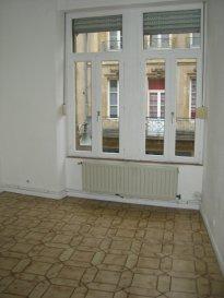 Rue Sainte Marie, au 1er étage, appartement 3 pièces de 60m² comprenant une entrée, un coin-cuisine ouvert sur la pièce à vivre, un salon-séjour, 2 chambres, une salle de bains/WC. Chauffage individuel au gaz. Disponible à compter du 15 Juin 2016