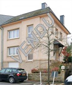 Cette maison bénéficie d'une situation géographique idéale du sud du Luxembourg qui vous garantit par conséquent un investissement sûr pour  l'avenir d'un point de vue financier. Composition: R-d-ch: Hall d'entrée, grand living/séjour, cuisine, salle à manger, Wc séparé, véranda avec accès jardin. (Veuillez noter que cette maison est construite de facon que vous pouvez facilement enlever les murs pour aménager l'espace selon votre convenance) 1er étage: salle de douche, trois chambres à coucher dont une avec balcon vers l'arrière, Wc séparé.  Grand grenier aménagable (connexion chauffage etc. déjà en place) Cave: salle de bains, Wc, chauffage à condensation de 2008, salle stockage, garage. Grand jardin, coin bbq, emplacement extérieur.  Pour votre confort et celui de vos enfants, vous disposez sur place ou à proximité de toutes les commodités (écoles, magasins, commerces de proximité, services à la personne, restaurants,  infrastructures sportives...) et d'une offre culturelle très riche et variée.