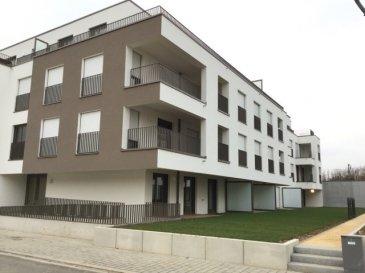 En 1ère location, superbe APPARTEMENT avec grand balcon, ascenseur, se composant: - hall d'entrée avec vidéophone et petit débarras - WC séparé - sddouche avec lavabo meublé, miroir lumineux, WC - 2 chàc - grande cuisine équipée ouverte sur living-sàm avec grand balcon (8m2) au sous-sol: cave privée, emplacement voiture, buanderie en commun.  L'appartement est équipé d'un système domotique avec système d'alarme, volets électriques, plafonniers dans chaque pièce.  LIBRE DE SUITE PAS D'ANIMAUX ADMIS